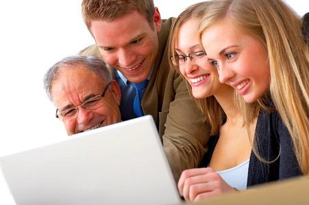 happy-people-around-laptop_2646545